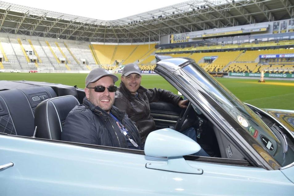 Ronny Dienelt und Piri Attila kamen mit einem ausladenen Ami. Auf der Rückbank ihres Ford Torino GT aus dem Jahr 1971 hätte noch eine kleine Reisegruppe Platz gefunden.