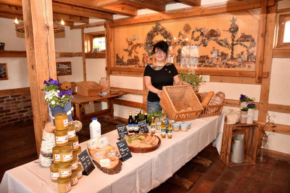 Steffi Schulze ist bei der Krabatmühle angestellt. Der Regionalladen ist im derzeit nicht als Gastraum nutzbaren Hofcafé untergebracht.
