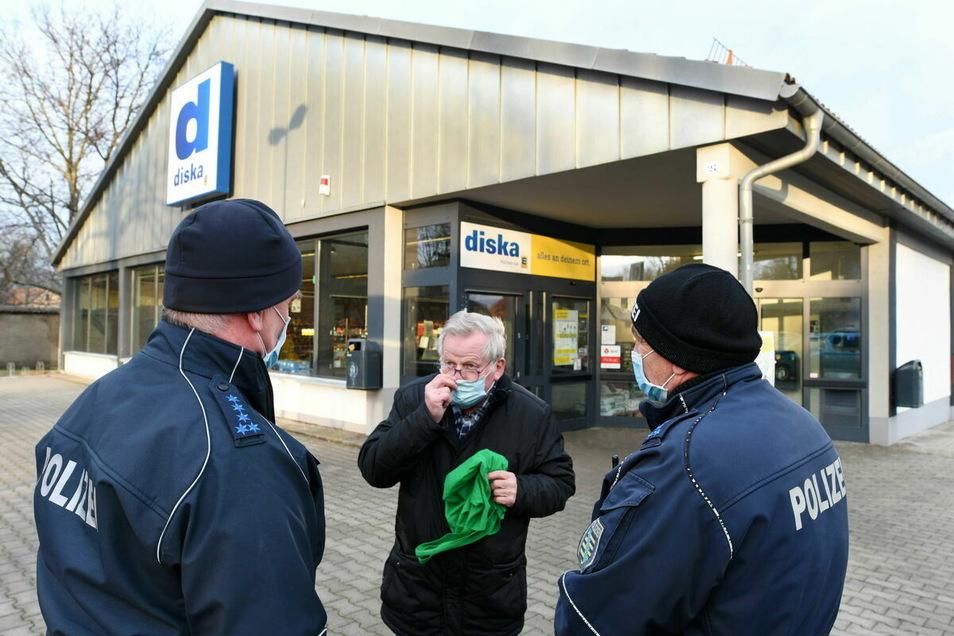 Polizisten kontrollieren am Diska-Markt in Großschönau die Maskenpflicht.