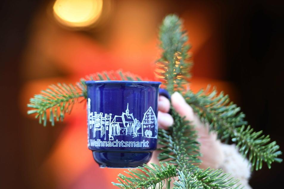 So sieht die diesjährige Zittauer Weihnachtsmarkt-Tasse aus. 15.000 Stück hat die Stadt herstellen lassen