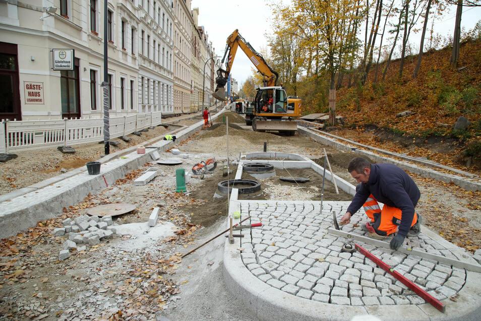 Sieht nicht so aus, aber als das Bild entstand, gingen die Bauarbeiten bei der Sanierung der Görlitzer Bahnhofstraße schon ihrem Ende zu. Mitte Dezember war es geschafft.