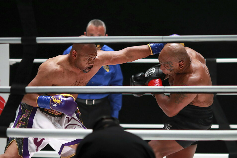 Mike Tyson (r.) und Roy Jones jr.