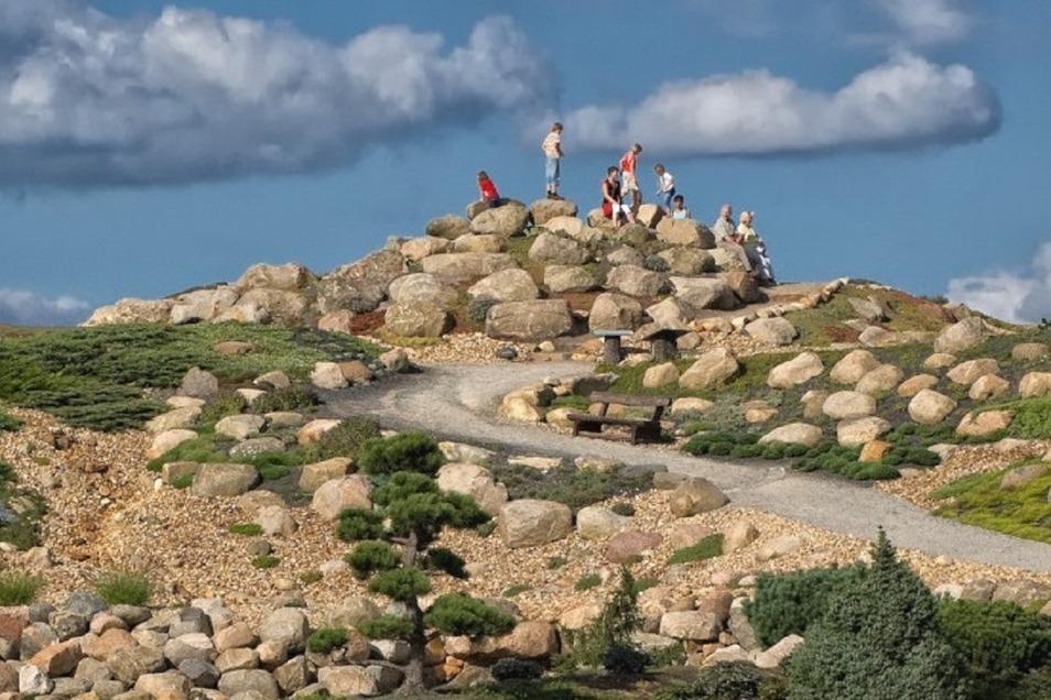 Der Findlingspark Nochten bietet Kindern eine Wüste zur Schatzsuche an.