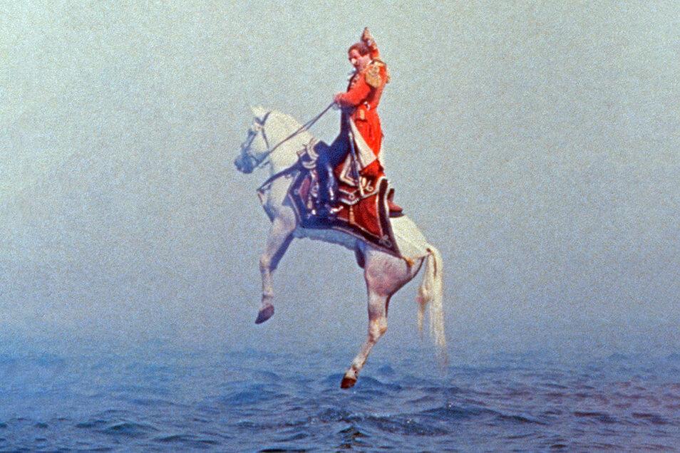 """Was für ein Kerl: Auch im Film """"Die Abenteuer des Baron Münchhausen"""" von Terry Gilliam zog sich der Flunker-Held am eigenen Zopf aus dem Wasser. Natürlich samt Pferd."""