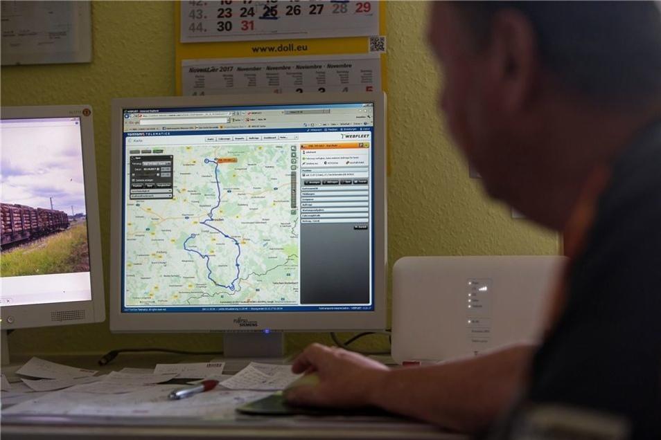 Auf seinem Computer sieht Tilo Meißner jederzeit, wo genau seine Transporter gerade stecken.
