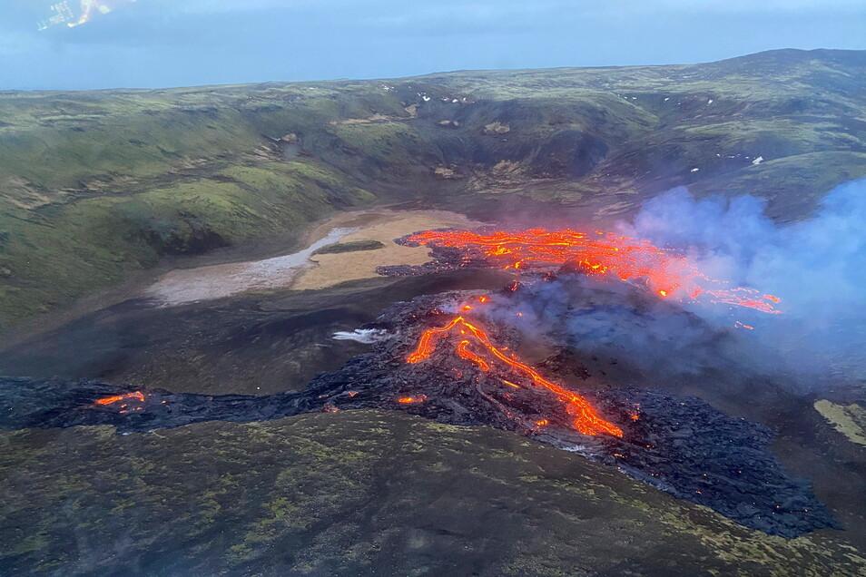 Eine Luftaufnahme der Küstenwache zeigt wie Lava aus dem Fagradalsfjall fließt. Der Vulkan liegt unweit der isländischen Hauptstadt Reykjavik.