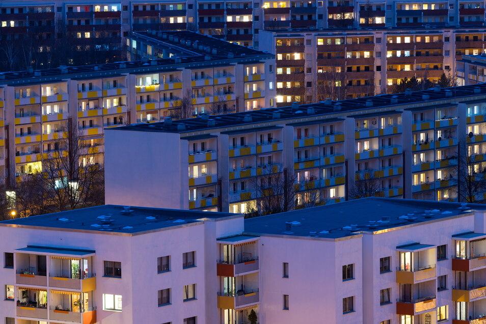 Blick auf die Wohnhäuser im Dresdner Neubaugebiet Gorbitz. Die Mieten in Sachsen sind im vergangenen Jahr nach Angaben der Wohnungswirtschaft moderat gestiegen.