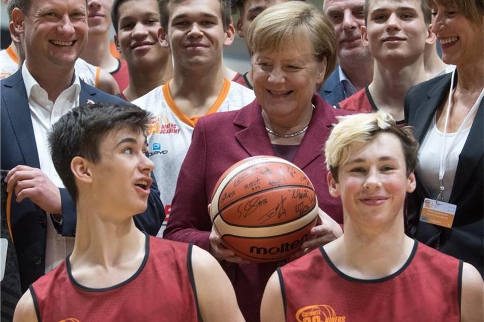 Merkel erhielt einen signierten Basketball als Geschenk.