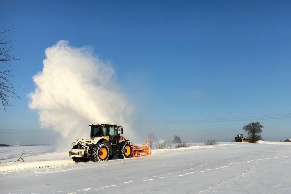 Die Agrargenossenschaft Grünlichtenberg bietet ihre Unterstützung mit der Schneefräse an.