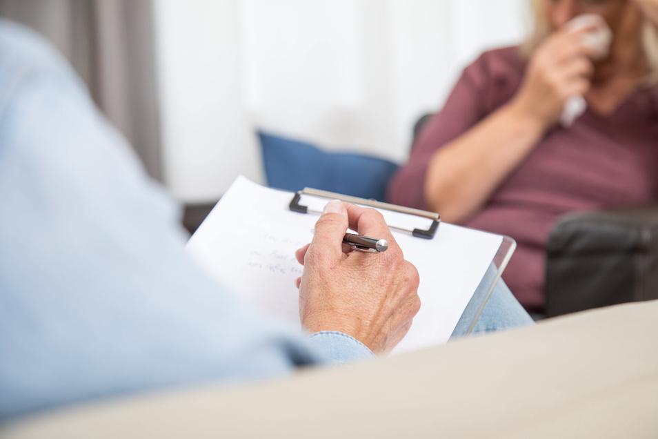 Ob bei Depression, Burnout-Syndrom oder Ängsten: Häufig wird zur Behandlung solcher Erkrankungen und Störungen eine Psychotherapie empfohlen.
