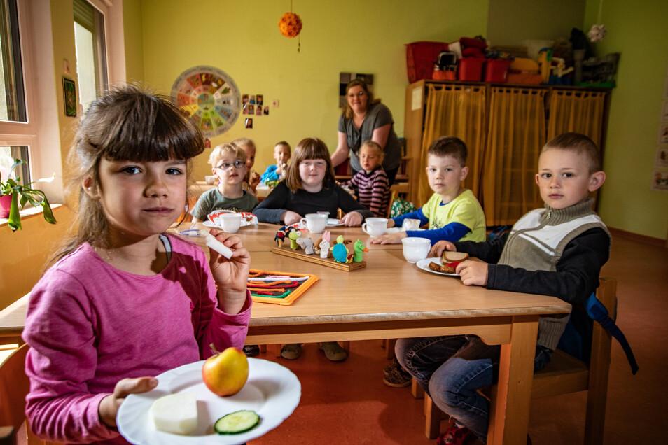 """Für die Kitas Ostrau gilt ab Juli eine neue Betreuungssatzung, die Vorteile für die Eltern mit sich bringt. Rosalie (vorn) besucht den Kindergarten der """"Jahnataler Wiesenstrolche"""" in Ostrau. Sie hat gesundes Essen auf dem Teller."""