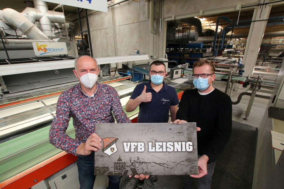 VfB-Präsident Jörg Lippert (von links), Tino Helm und Kerateam-Geschäftsführer Technik Alexander Graetz zeigen die für den VfB Leisnig entworfene Fliese.