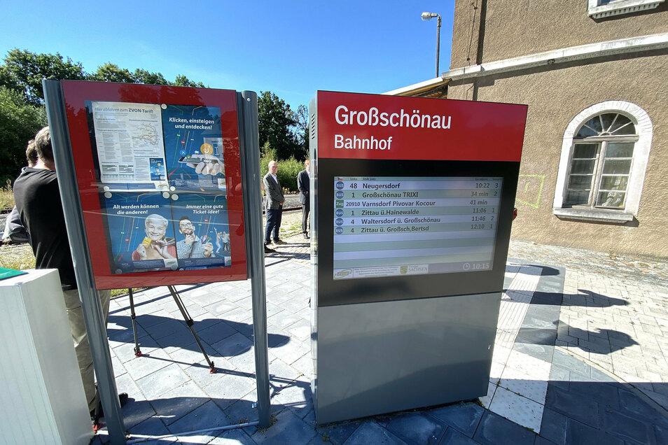 Im vergangenen Jahr ist bereits der Bahnhofsvorplatz saniert und zu einer Schnittstelle von Bus und Bahn umgebaut worden. Eine digitale Anzeige informiert über die Abfahrtszeiten.