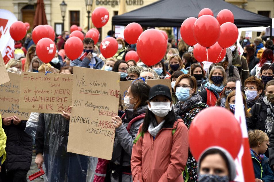 Auf dem Neumarkt streikten am Freitag Dresdner Erzieher. Dabei ging es nicht nur um mehr Lohn.