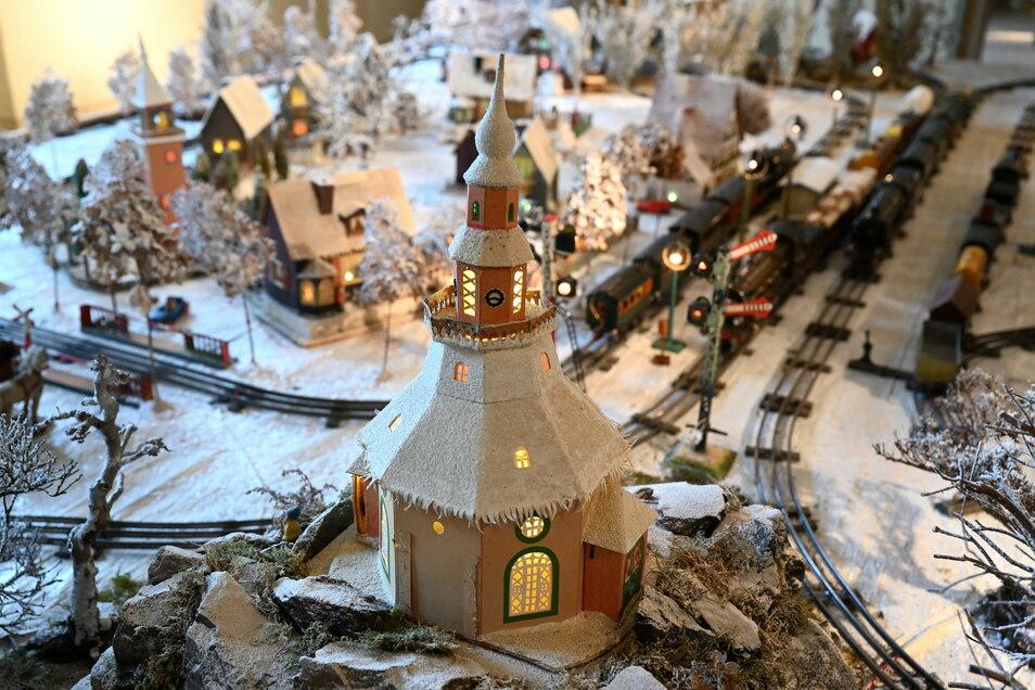 Die Seiffener Kirche als Lichterhaus von Frieda Seifert aus Olbernhau auf der Eisenbahnplatte im Salon.