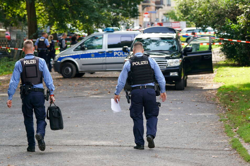 Nahe einer Schule in Leipzig ist eine mögliche Sprengvorrichtung gefunden worden.