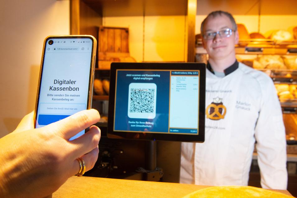 Pixel-Quadrat statt Zettel-Chaos: Bei Bäckermeister Marlon Gnauck in Ottendorf wird bei jedem Kauf ein QR-Code angezeigt. Den können die Kunden dann mit dem Handy scannen. Der Handwerksmeister vermeidet so kiloweise Abfall.
