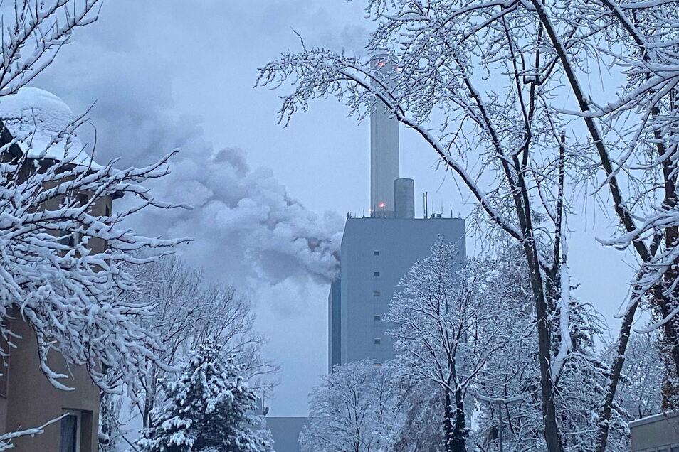 Rauchwolken stehen über einem Kraftwerk des Versorgers Eon in Nürnberg.