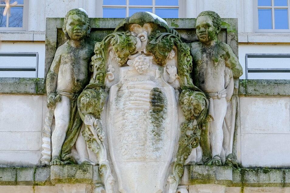 Über dem Portal befindet sich ein leeres Wappenfeld, das von zwei Mohrenknaben gehalten wird. Die Darstellung soll aus dem Jahr 1911 stammen.