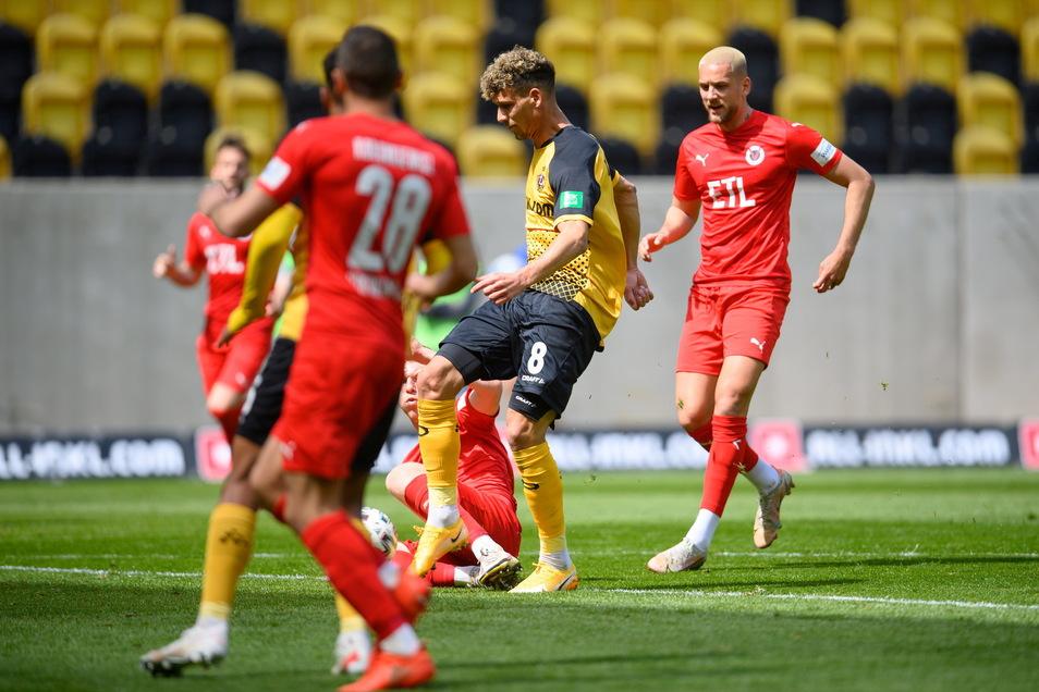 MIt dem rechten Vollspann erzielt Heinz Mörschel das 1:0 gegen Viktoria Köln. Es ist die verdiente Führung der Dresdner.