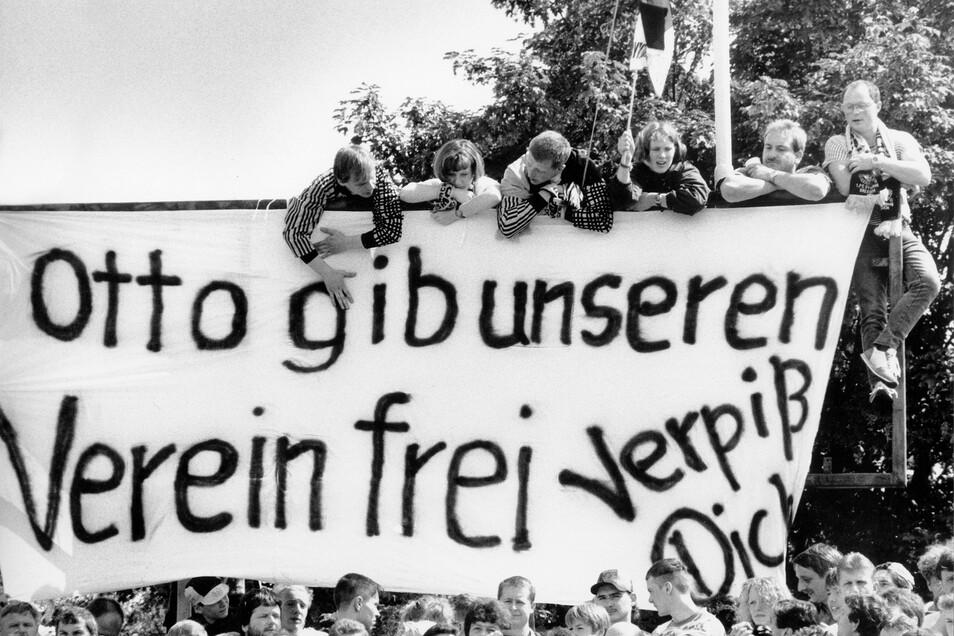 Eine klare Ansage der Dynamo-Fans beim letzten Bundesliga-Spiel am 11. Juni 1995 gegen Bayern München (0:1).  Der zwielichtige Präsident Rolf-Jürgen Otto tritt nicht zurück, wird dann aber festgenommen.