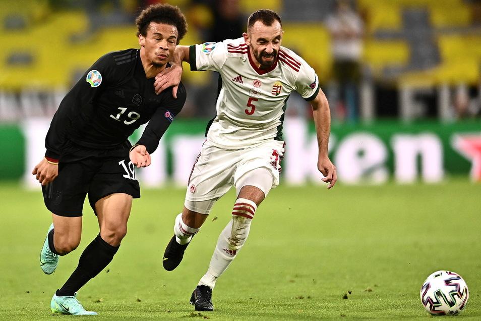 Leroy Sane (l.) und Ungarns Attila Fiola kämpfen um den Ball. Das Engagement des Münchner stimmte, die Effektivität nicht.