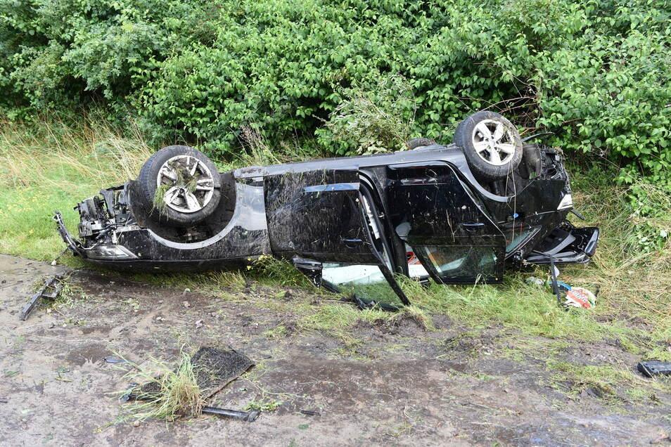 Der Audi kam wegen Aquaplaning von der A14 ab und überschlug sich im Straßengraben.