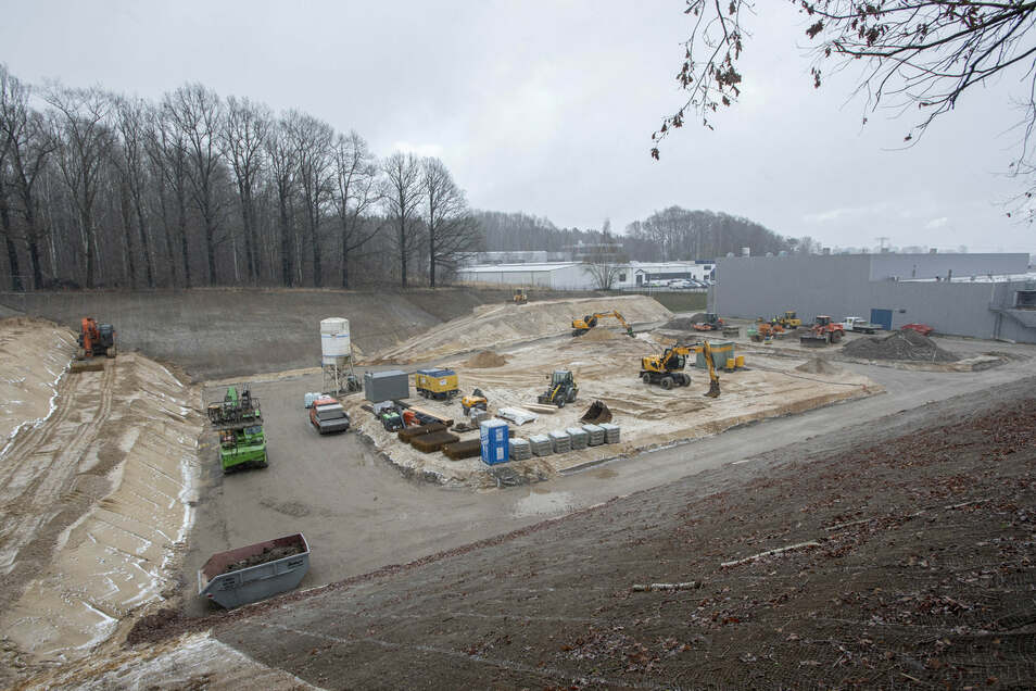 Im Großröhrsdorfer Gewerbegebiet Nord erweitert sich derzeit die Firma Southwall zwischen Autobahn und dem Firmengebäude an der Southwallstraße. Die Tiefbauarbeiten für das neue Gebäude sind jetzt in vollem Gange. 2021 soll die Produktion im Neubau starte