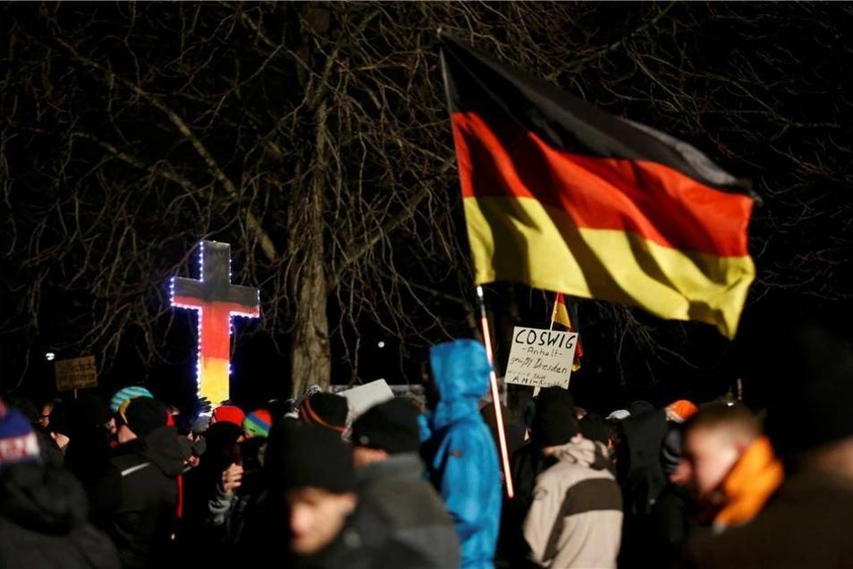 Neben Deutschlandfahnen waren auch wieder Schilder zu sehen, auf denen die Demonstranten ihre Herkunft verrieten.