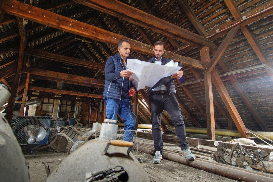 Elektriker Samir Nasser (l.) tauscht in den nächsten Wochen alte Kabel in der Bautzener Stadthalle Krone aus und installiert eine neue Brandmeldeanlage. Gemeinsam mit André Heinrich, Haustechniker der BWB, studiert er unterm Dach die Pläne dafür.