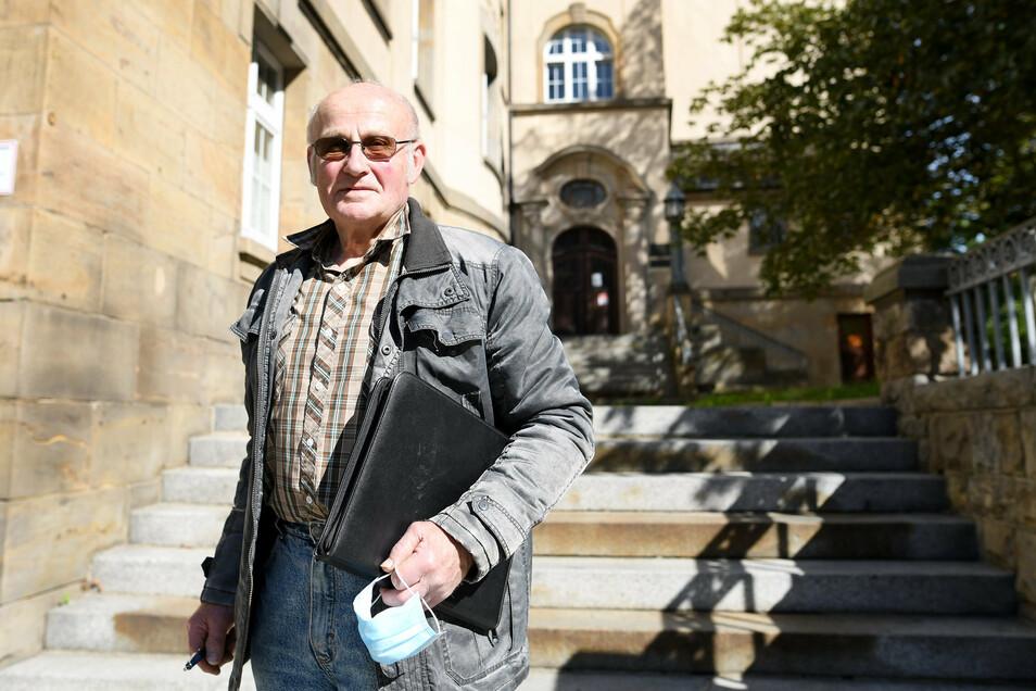 Arnd-Peter Hennig nach der Verhandlung vor dem Zittauer Gerichtsgebäude.