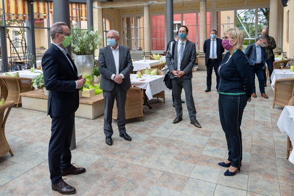 Auf Abstand waren Ralf Thiele (.), Geschäftsführer der Pura Hotel GmbH und Tourismus-Ministerin Babara Klepsch (CDU) bei einem Vor-Ort-Termin am Freitag in Bad Schandau.