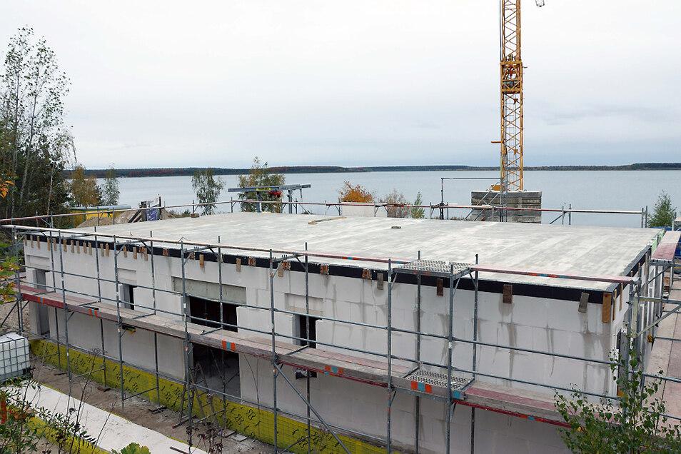 Ende August hatten am Geierswalder See die Arbeiten für das zweistöckige Mehrzweckgebäude des Wasserwanderrastplatzes angefangen. Inzwischen ist der Rohbau des Erdgeschosses fertiggestellt. Das Haus wird unter anderem einen Sanitärtrakt und eine Kochgeleg