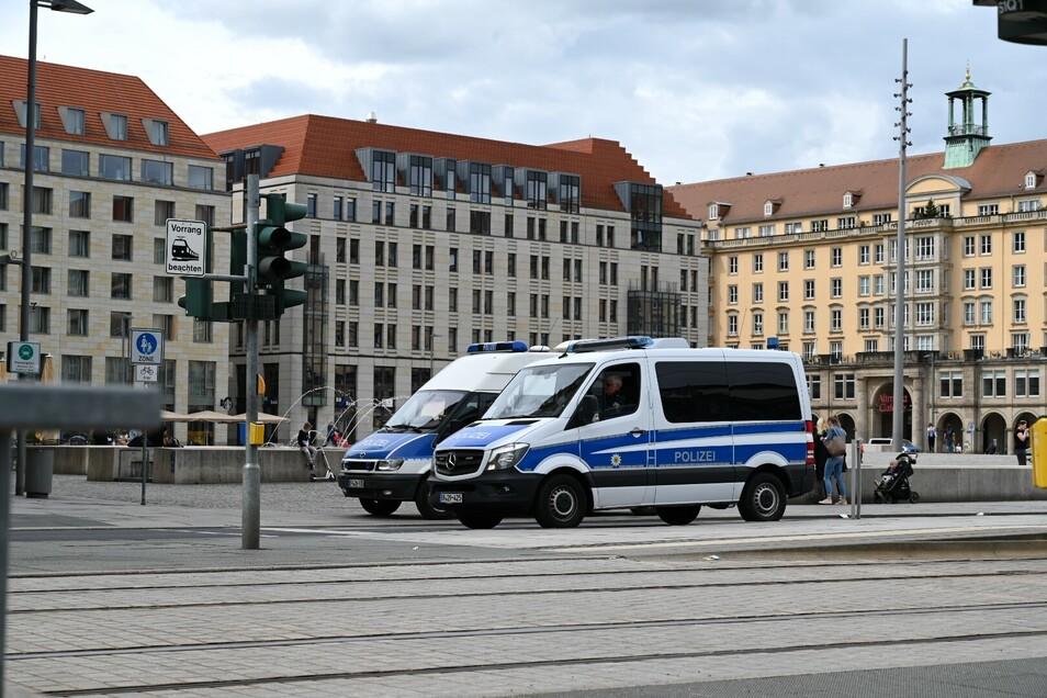 Am Altmarkt ist wie an anderen Plätzen Polizei im Einsatz.