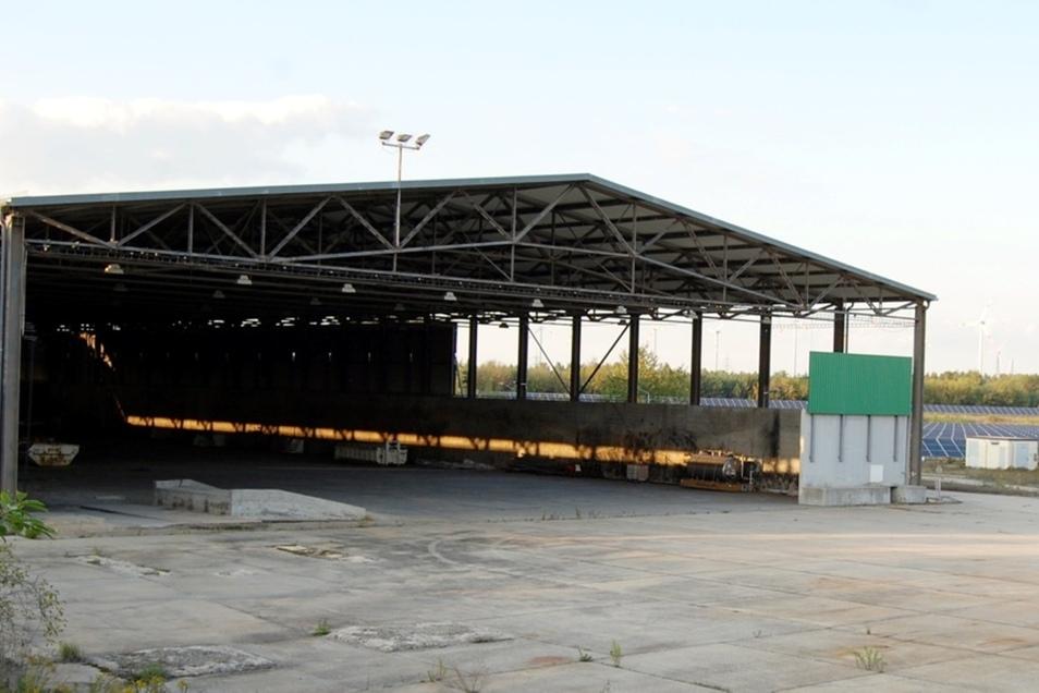 Auf dem in Rede stehenden Gelände nahe dem Industriepark Schwarze Pumpe gibt es neben dieser großen Halle auch noch ein Verwaltungsgebäude.