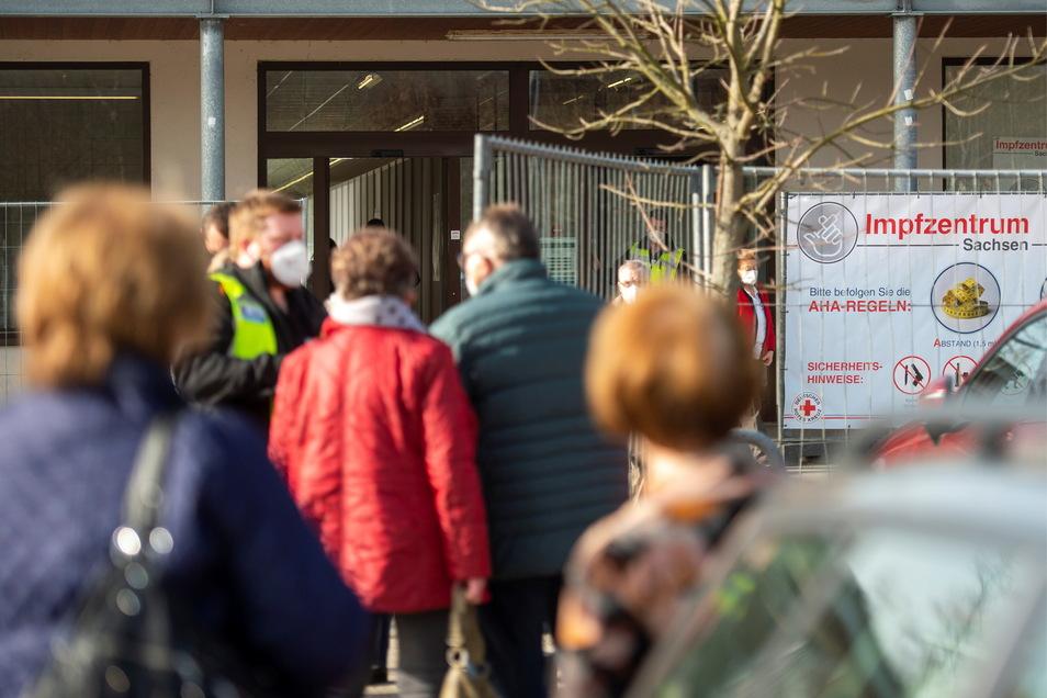 Andrang am Impfzentrum Pirna. Ist hier schon Ende Juni Schluss?