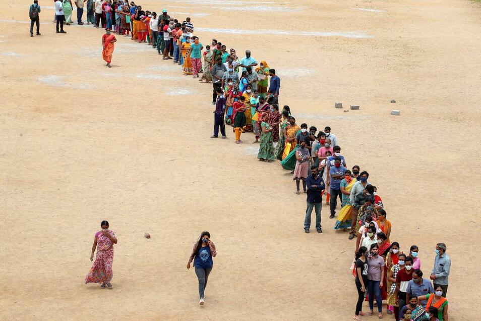 Hunderte Menschen stehen in Indien an, um ihre zweite Impfung gegen das Coronavirus zu erhalten.