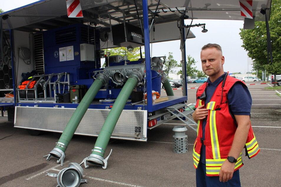 Gruppenführer Martin Werner zeigt Deutschlands stärkste, mobile THW-Pumpe, die in Riesa stationiert ist.