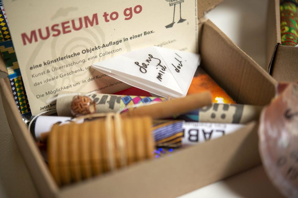 Drin im Paket sind kleine Musikinstrumente, gesunder Tee, Sprüche und vieles mehr.