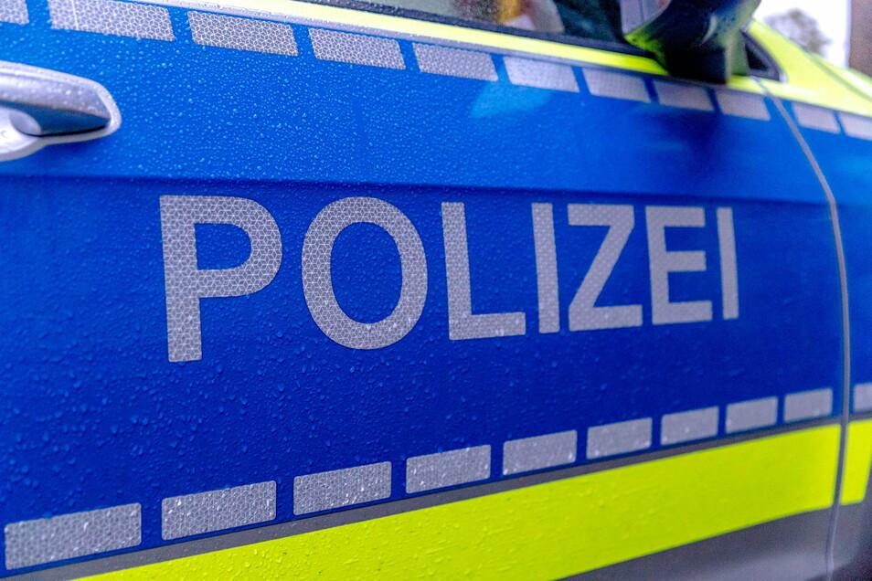 Kurz nach der Tat hat die Polizei in Dresden zwei mutmaßliche Einbrecher gestellt.