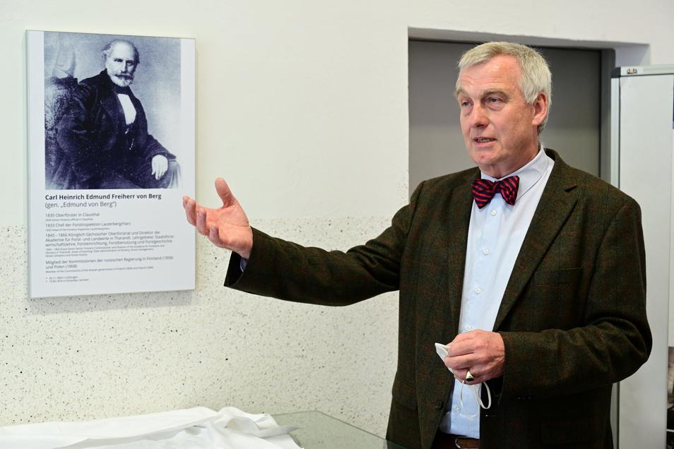 Professor Jörn Erler stellte nach der Enthüllung der Tafel moderne Holzerntemaschinen vor.