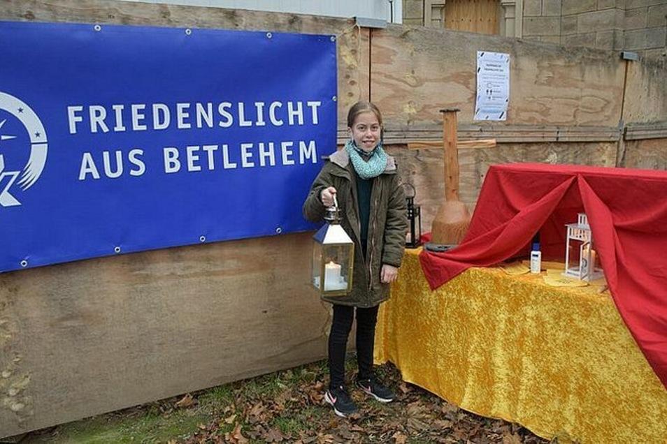 Die zwölfjährige Sophia hat in diesem Jahr das Friedenslicht aus Bethlehem (ach Betlehem geschrieben) aus der Zwischenstation Trinitatiskirchruine nach Tolkewitz gebracht.