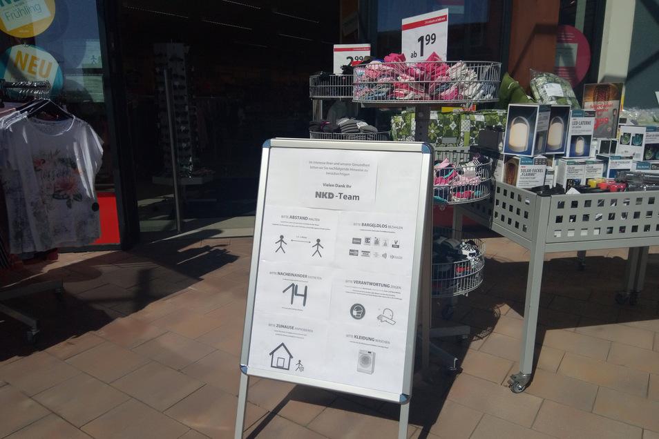 Erst lesen, dann einkaufen: Hier beim NKD in Heidenau, an der Stadtgrenze zu Dohna.
