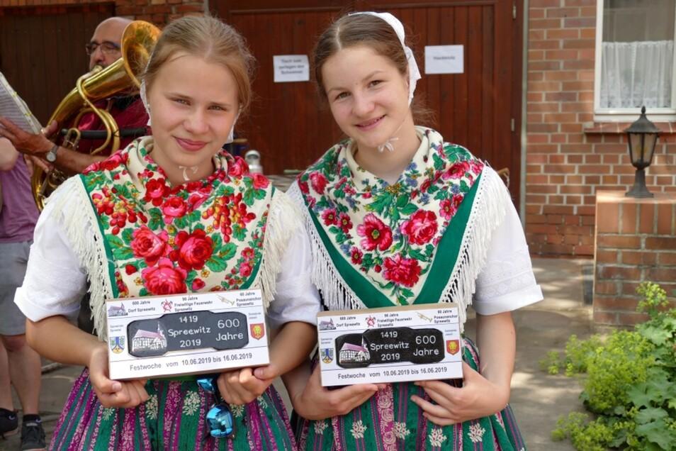 Eine Brikett-Sonderprägung zum Jubiläum gab es für Spreewitz, hier präsentiert von zwei Mädchen in evangelisch-sorbischer Tracht.