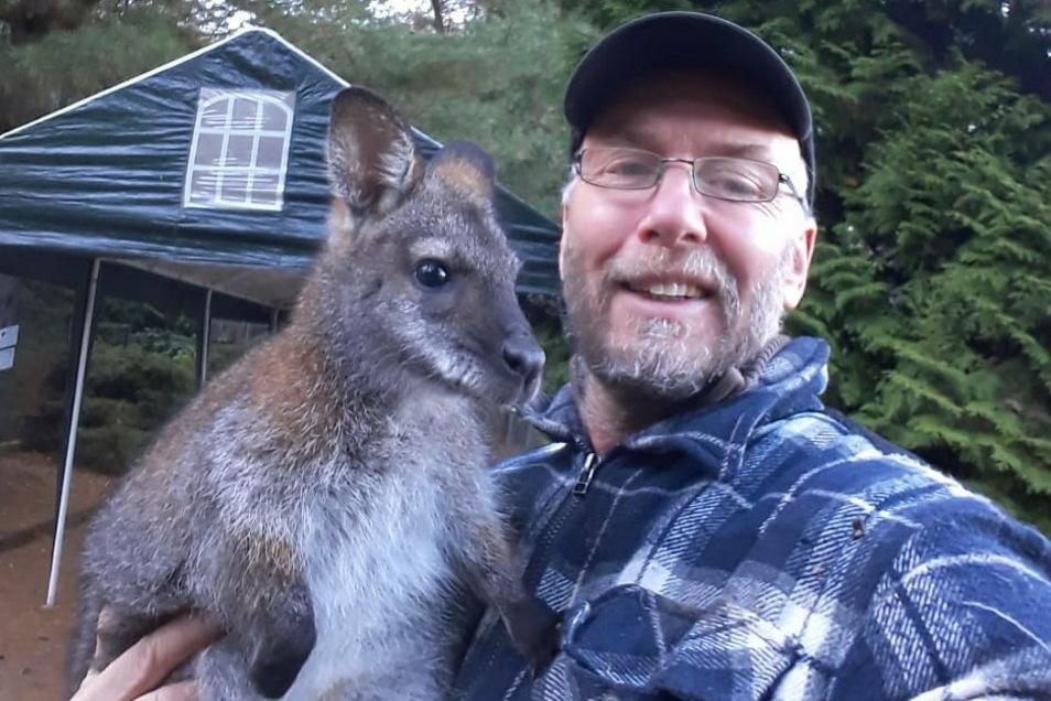 Der Meißner Tierparkchef Heiko Drechsler mit Känguru Gertrud. Die Stadt hat den Grund der Anlage neu ausgeschrieben. Jetzt haben sich verschiedene Interessenten gemeldet.