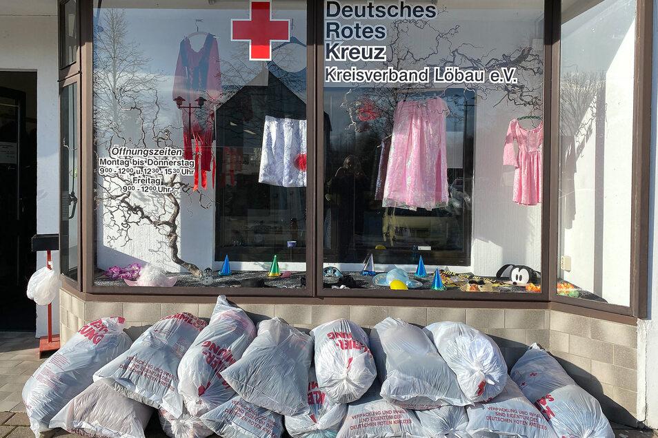 Die Kleiderkammer in der Thüringer Straße in Ebersbach ist täglich geöffnet. Auch in Löbau betreibt das DRK eine Kleiderkammer in seiner Geschäftsstelle an der Äußeren Zittauer Straße.