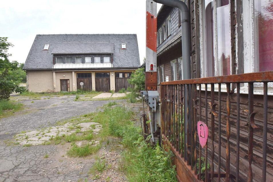 Am Tor des alten Vereinsheims in Zinnwald ist das geschwungene D zu erkennen. Die Gebäude stehen seit Jahren leer. Gehören sollen sie dem Neugründer von Dynamo. Was er damit vorhat, will er nicht sagen.