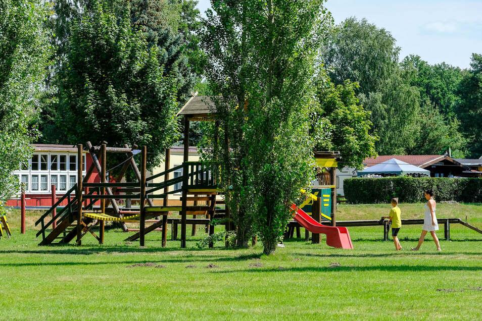 In der Campingplatz-Mitte gibt es einen großen Spielplatz, den auch Kurzbesucher mit kleinem Eintritt nutzen können.