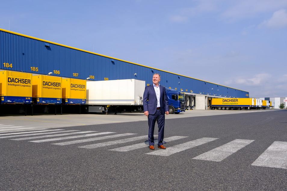 Niederlassungsleiter Bernd Häger vor den 120 Andockstationen für die Lkw-Anhänger. Die Nummerierung reicht schon weiter bis 200 - es soll noch gebaut werden.