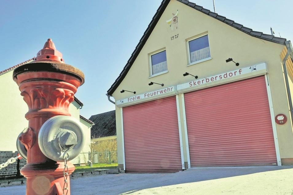 Nachdem die Freiwillige Feuerwehr Skerbersdorf ein neues Löschfahrzeug erhielt, soll bald auch das in die Jahre gekommene Gerätehaus durch einen Neubau ersetzt werden. Noch laufen die Planungen.